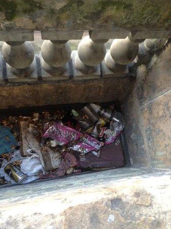 38 Bath Street Serviced Apartments: A balcony full of rubbish