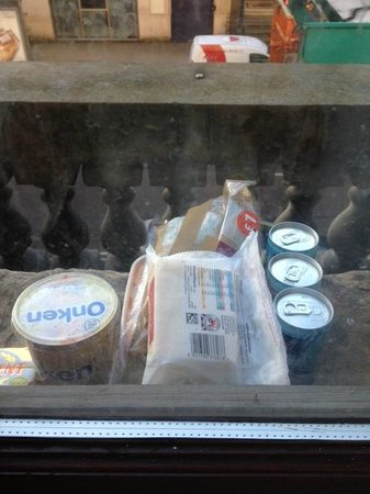 38 Bath Street Serviced Apartments: The fridge was broken so we had to store food outside