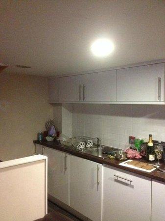 38 Bath Street Serviced Apartments: Most lights were broken in the kitchen.