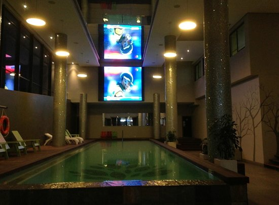 Urban Park Hotel & Spa : Pool mit Riesenleinwand