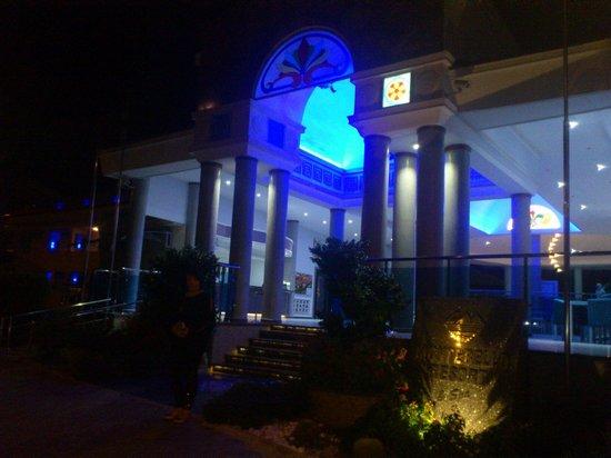 Montebello Resort: Montebello by night