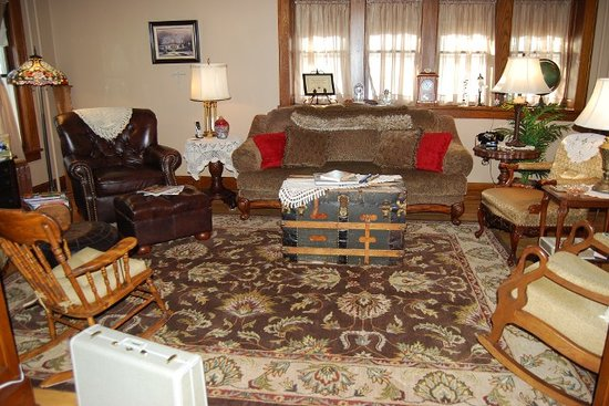 Maple Knoll Inn: Livingroom