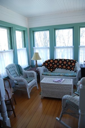 Maple Knoll Inn: Sunroom
