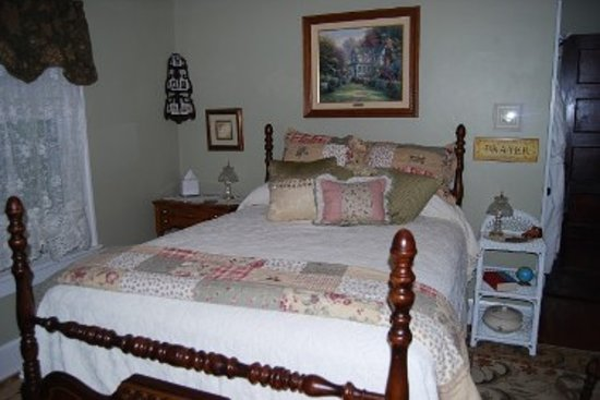 Maple Knoll Inn: Bedroom 2