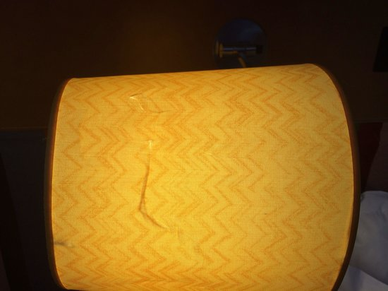 Radisson Blu Hotel, Birmingham: Both bedside lamp shades were ripped and had holes (room 1010)