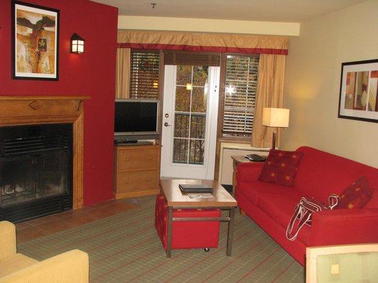 Residence Inn Mont Tremblant Manoir Labelle: Fireplace in living room