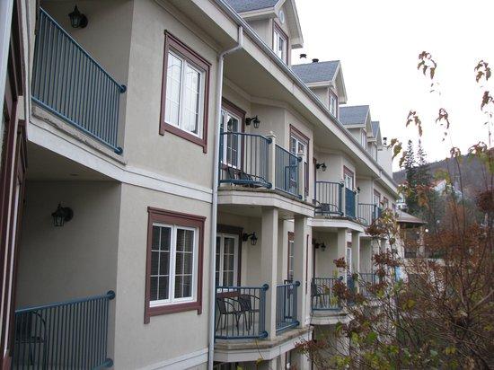 Residence Inn Mont Tremblant Manoir Labelle: Balconies inside court