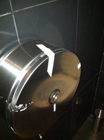 Planet Sushi Lyon : Distributeur de papier WC qui tient avec du scotch !