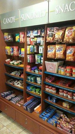Staybridge Suites Davenport : Snacks Bar at Front Desk area