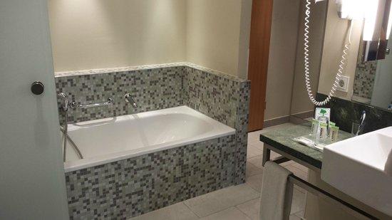 Lindner Hotel Am Ku'damm: Both bathtub and shower