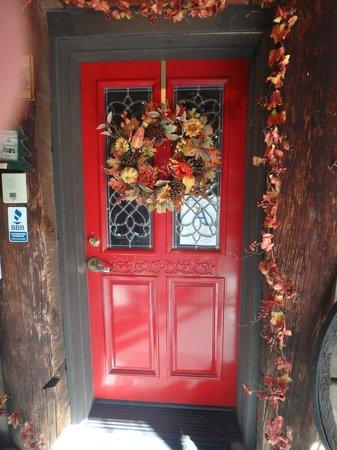 Knickerbocker Mansion Country Inn: Love a Red Door !