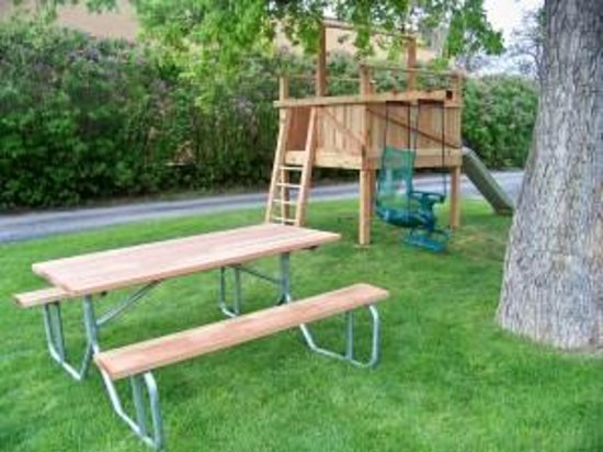 Bell's Motor Lodge Motel : Picnic table and play structure.