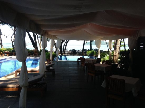 Langosta Beach Club : Cabana by the pool