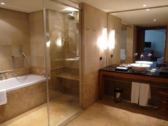 Park Hyatt Hamburg: Großzügiges Badezimmer