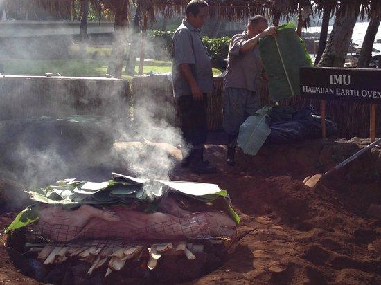Royal Kona Resort: Boar covered with Banana leaves