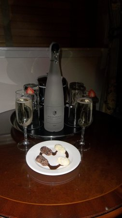 Macdonald Holyrood Hotel : Our Prosecco and chocolates