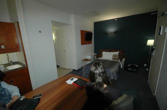 Club Quarters Hotel St. Paul's: Sala con mini-cocina, mesa y cama supletoria