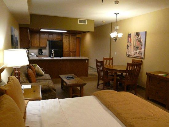 Park Plaza Resort: Küche, Lounge und Eßbereich der Suite
