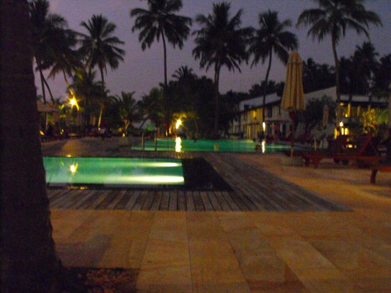 AVANI Kalutara Resort: pool at night
