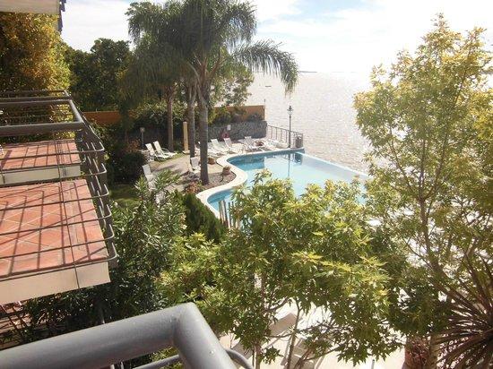 Radisson Colonia del Sacramento Hotel: vista do ap para a piscina e rio