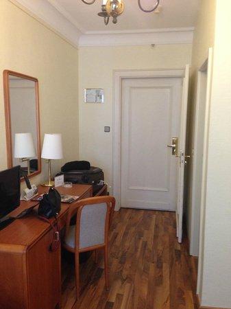 Hotel Monopol: Room 475