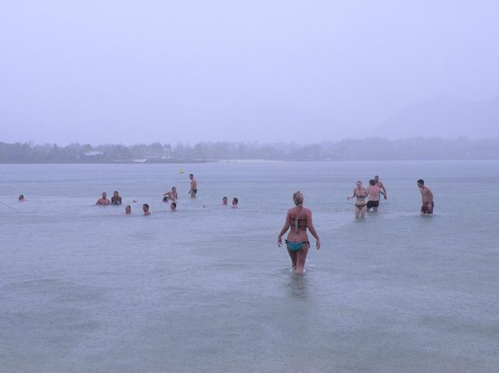 Ile aux Cerfs: il pleut mais pas grave, l'eau est bonne !