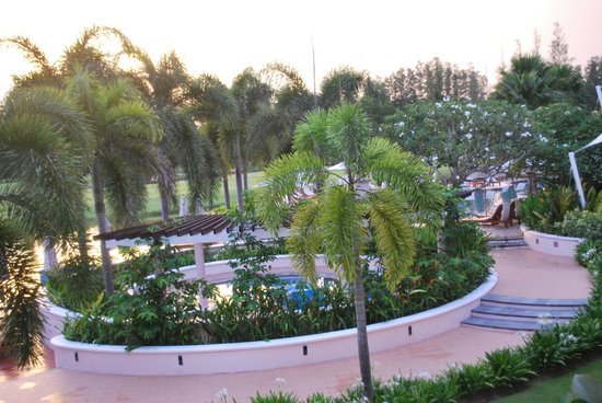 Laguna Holiday Club Phuket Resort : The back of the hotel