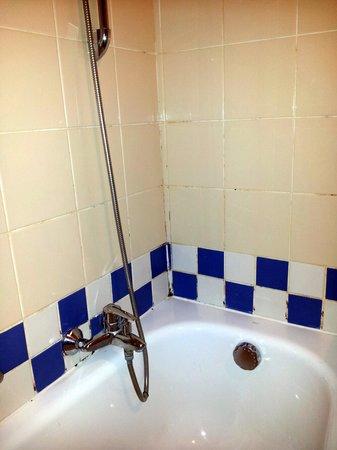 Aparthotel Adagio La Defense Kleber: moisissure baignoire et attention j'ai pas envoyé le pire