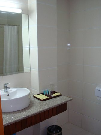 Hotel Yadanarbon: bathroom