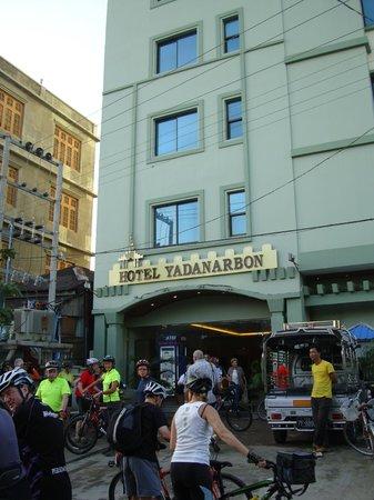 Hotel Yadanarbon: front entrance