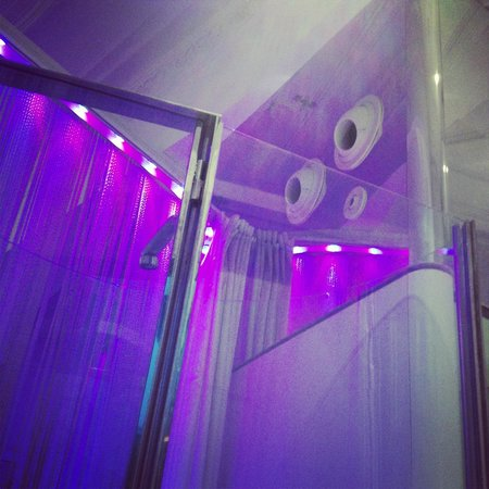 chic&basic Born Hotel: Космический кондиционер и подсветка, меняющая цвета