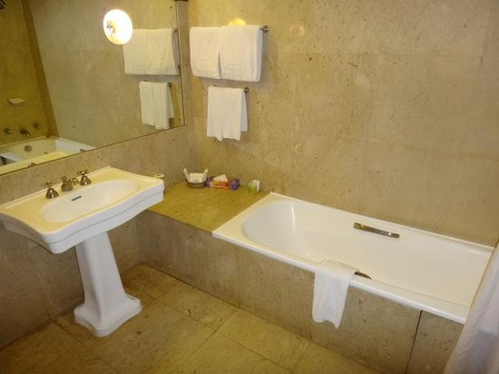 Safari Park Hotel: Bathroom