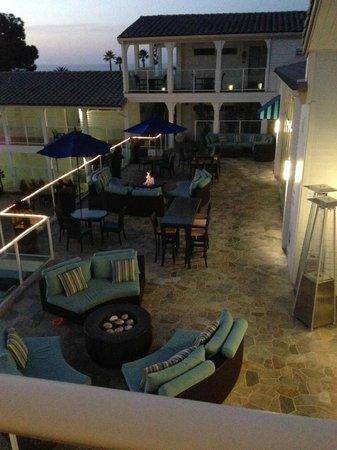 Hotel Indigo San Diego Del Mar: Patio area outside lobby