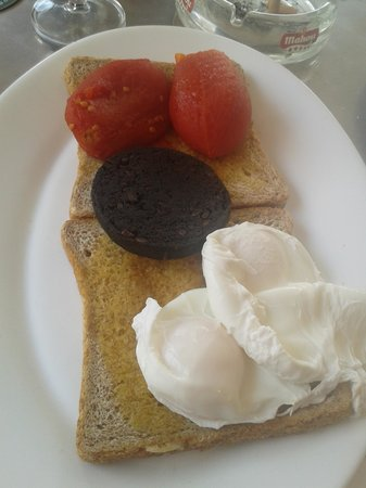 Mananas: yummy gooie poached eggs on toast with tinned toms and BP