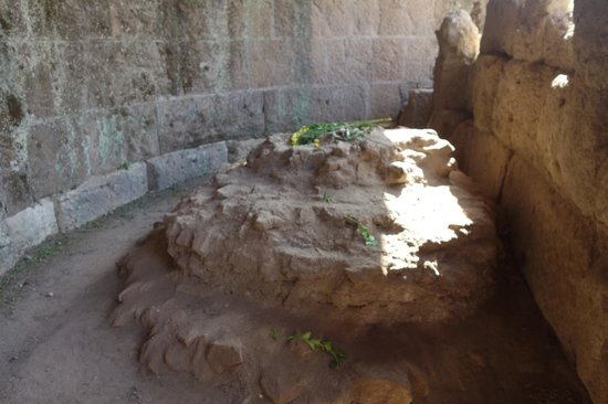 Grab des Caesar (Tomba di Cesare): the Altar - placed where Caesar was cremated