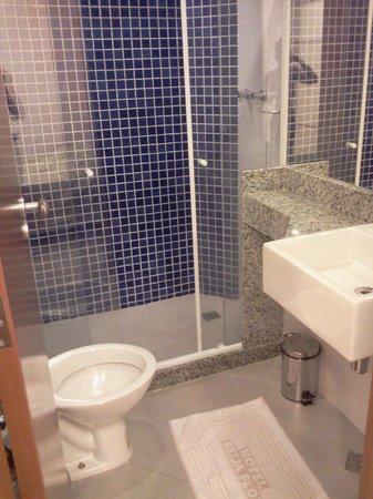 Hotel Beija Flor: Banheiro quarto duplo 2º andar