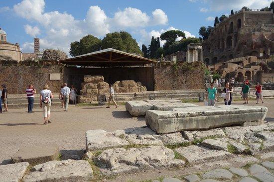 Tomba di Cesare: Altar of Caesar