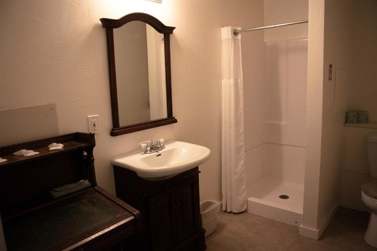 Triangle T Guest Ranch: Modern bathrooms in Tutt's Bunkhouse