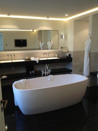 Hotel Marignan Champs-Elysées : bathroom