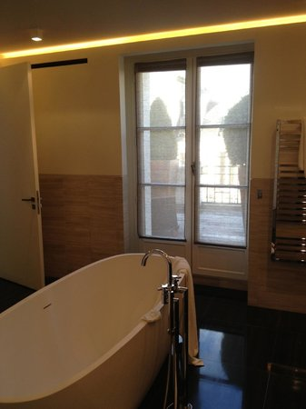 Hotel Marignan Champs-Elysées : doors to terrace from bathroom