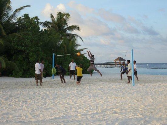 Vakarufalhi Island Resort: Playing beach volleyball with the staff