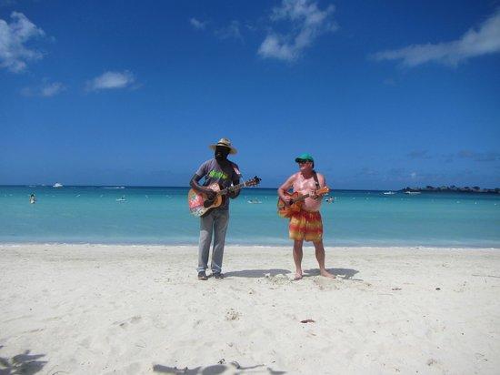 Couples Negril : Donavan Singing!