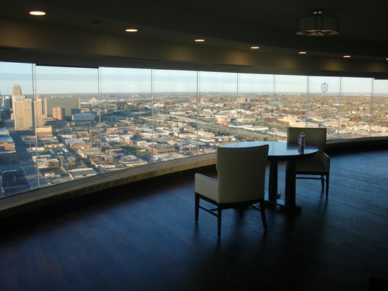 Sheraton Kansas City Hotel at Crown Center: View of downtown  from club lounge foyer windows