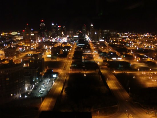 Sheraton Kansas City Hotel at Crown Center: View of downtown at night from room