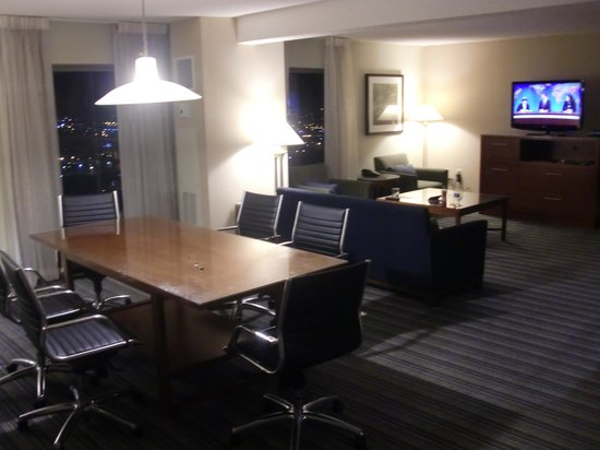 Sheraton Kansas City Hotel at Crown Center: Hospitality suite at night