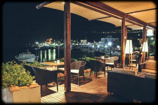 Chris Hotel: Café