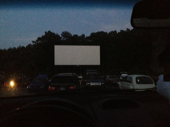 Starlight Six Drive-In: waiting for dark and movie