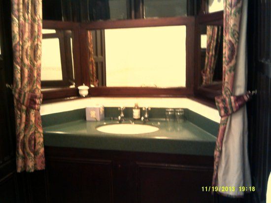 Glen Rothay Hotel: Sink area built in an alcove