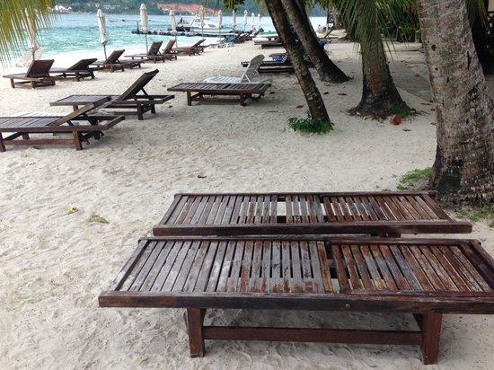 Perhentian Tuna Bay Island Resort : Les merveilleux transat de bon matin (non rangés)