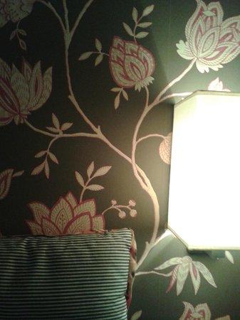 Hôtel Louison : Papel de parede do quarto.